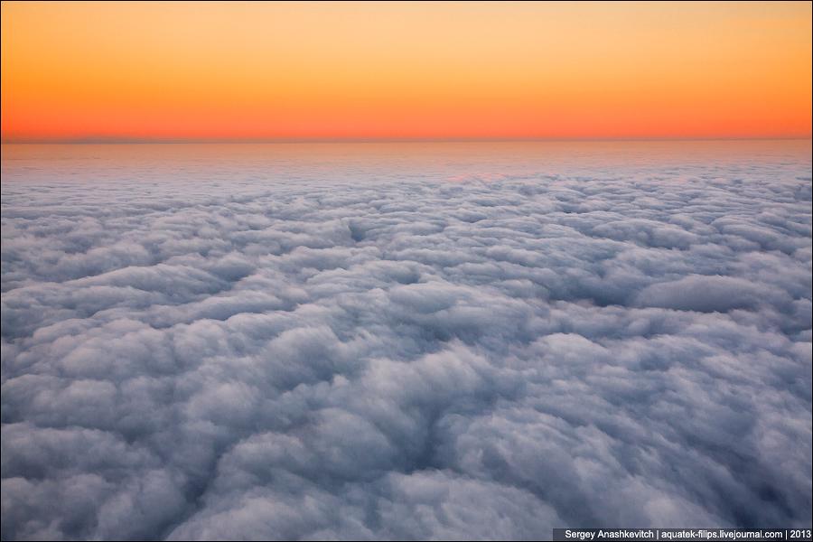 Рассвет под крылом самолета