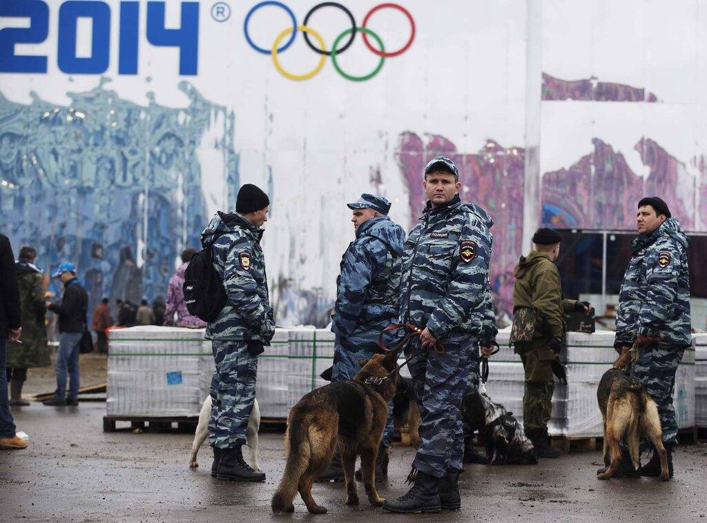 Кинологи со служебными собаками в круглосуточном режиме заняты поиском взрывчатых веществ (1)