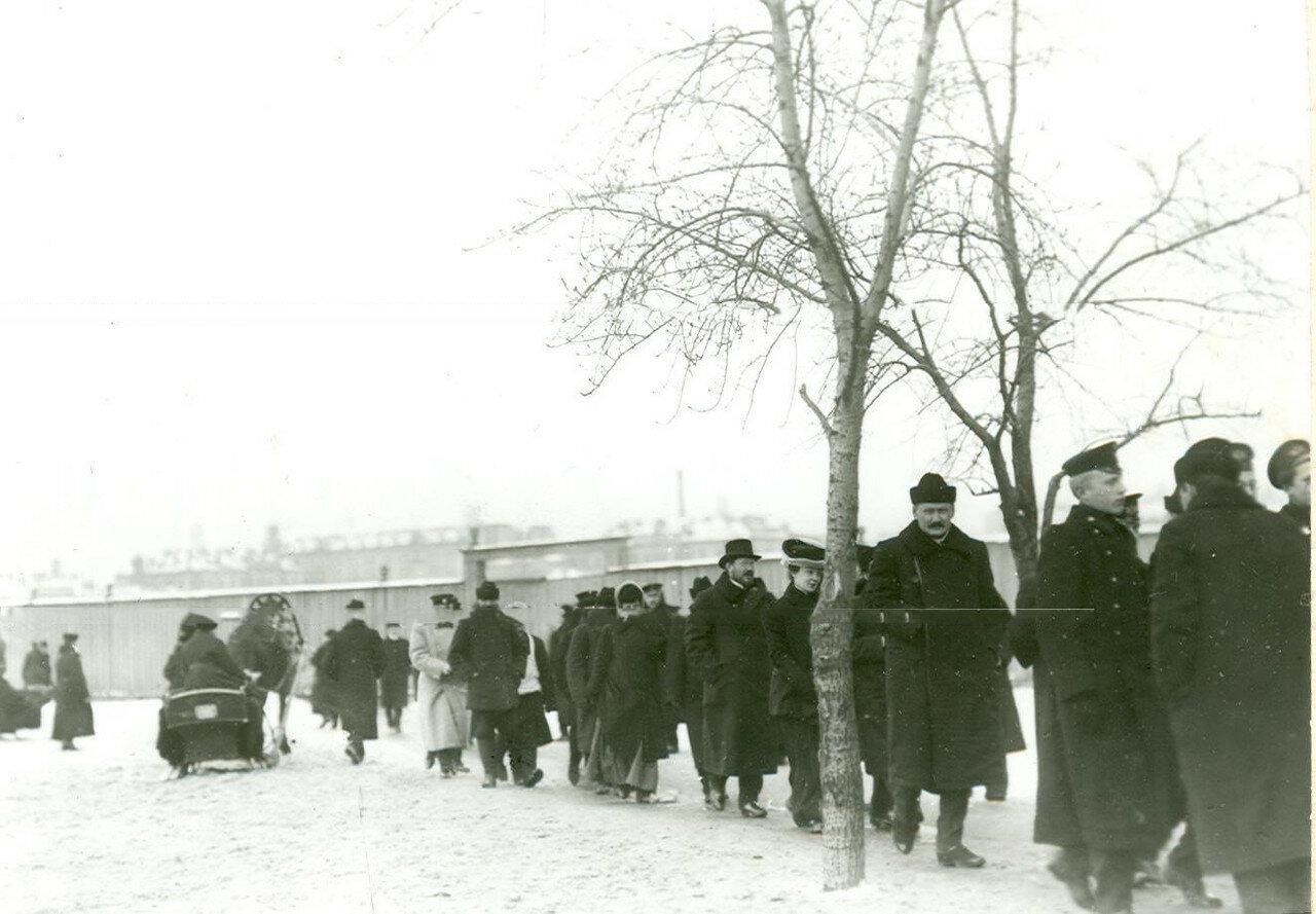 Избиратели направляются на пункт голосования Московского участка по одной из улиц города