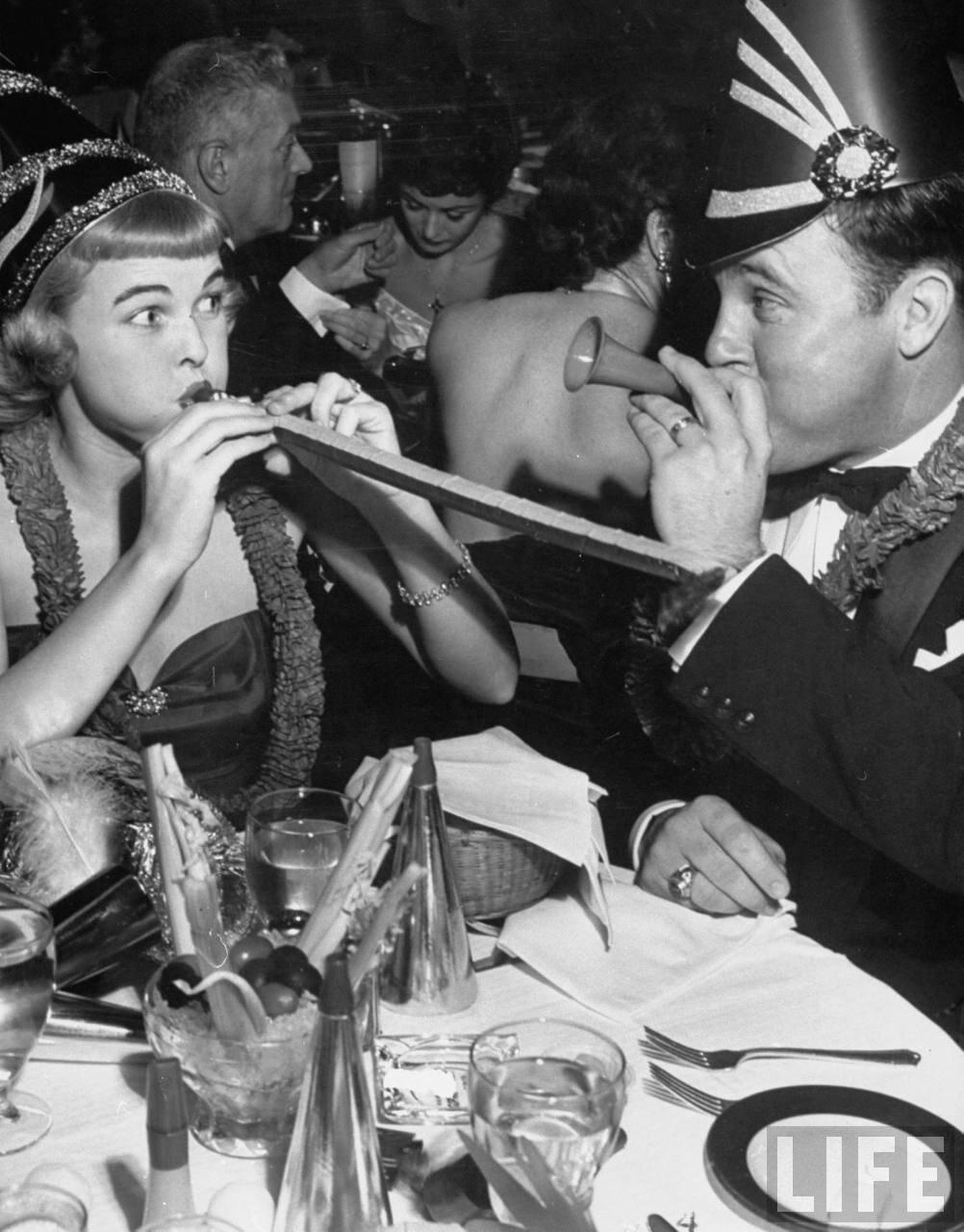 1952. Учительница 6-го класса Нелл Оуэнс шумно празднует Новый год со своим мужем Джорджем в ночном клубе Голливуда (Калифорния)