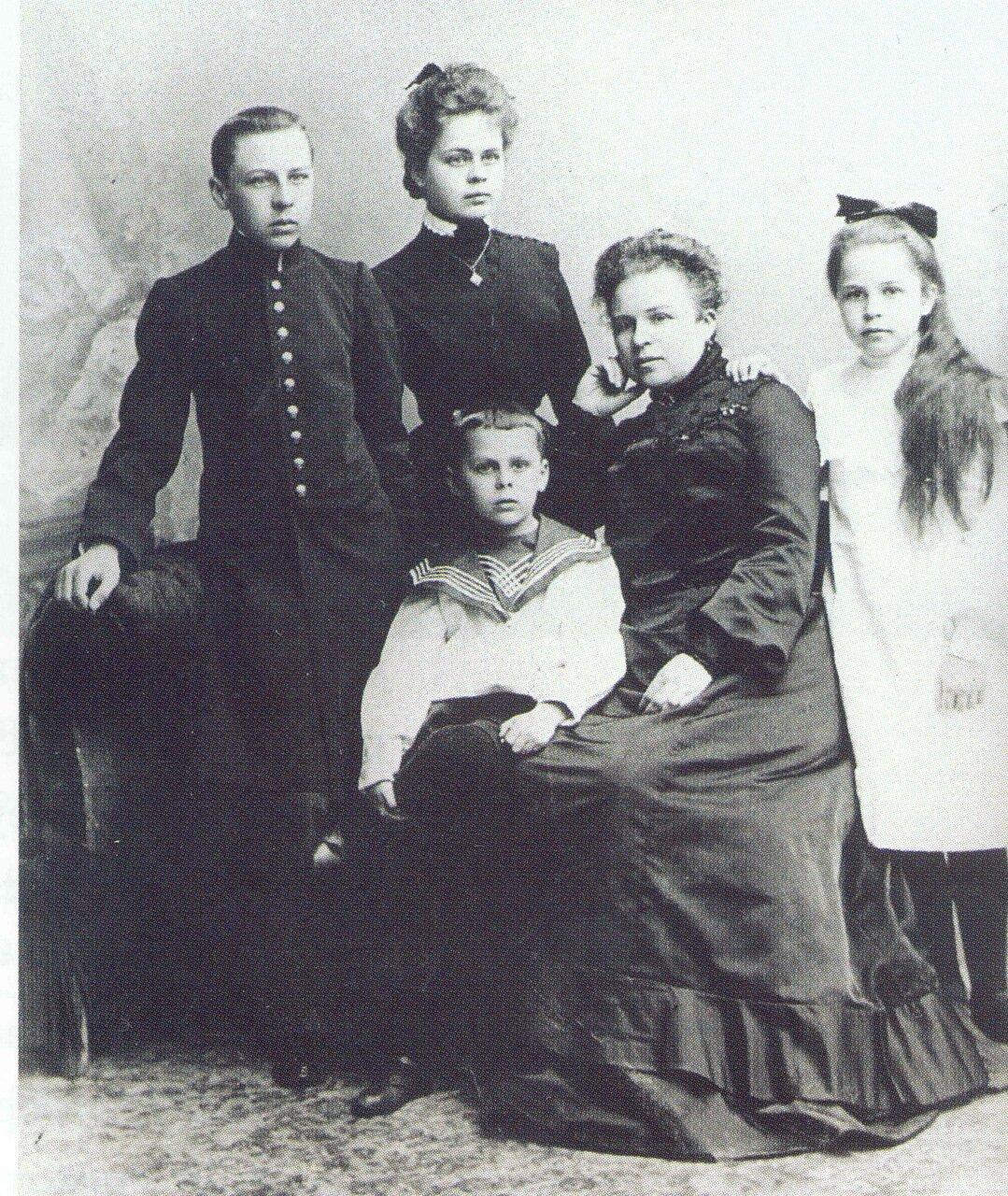 1900. Семья Терениных. Слева стоят дети Василий и Любовь. Сидят младший сын Саша, мать Мария Акимовна и дочь Ольга