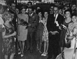 Л. И. Брежнев и А. Н. Косыгин среди молодежи