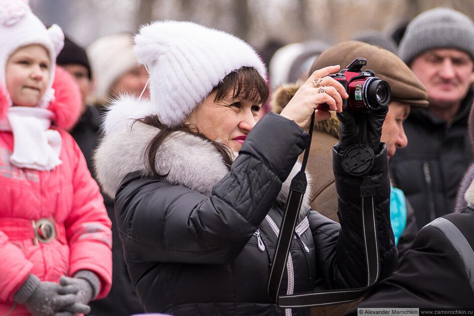 Женщина фотографирует