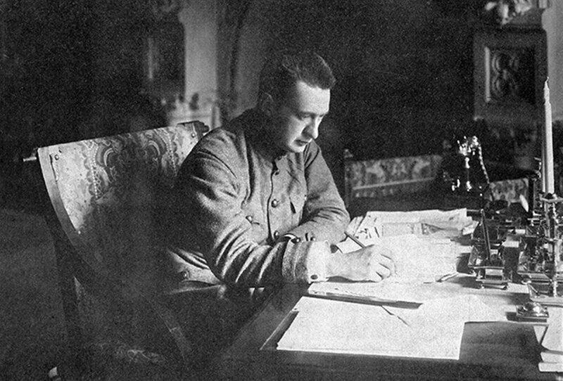 Александр Федорович Керенский работает в своем кабинете, 21 августа 1917 года.jpg