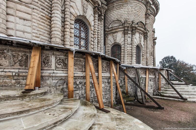 Внешняя галерея Знаменского Храма в Дубровицах
