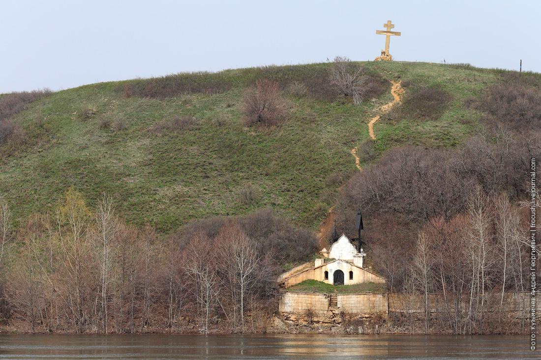 часовня Люпова и крест на холме правого берега Волги