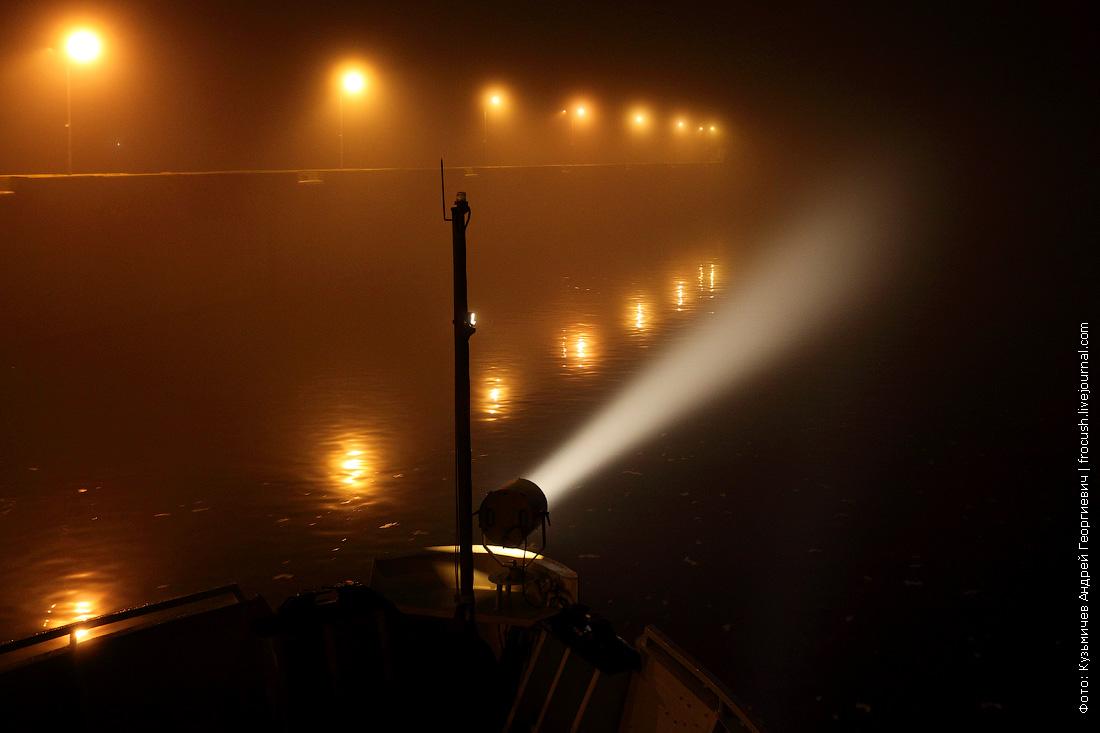 луч прожектора теплохода в тумане
