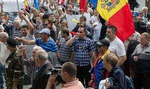 Протестующие пикетируют здание правительства