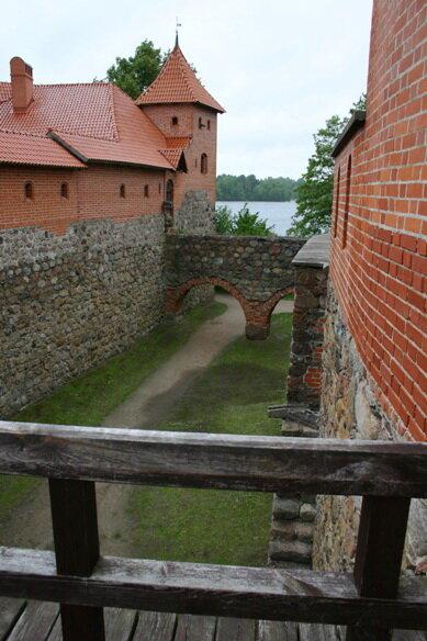 ров между крепостью и замком