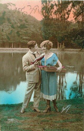 1 апреля. Влюблённые с рыбой открытка поздравление картинка