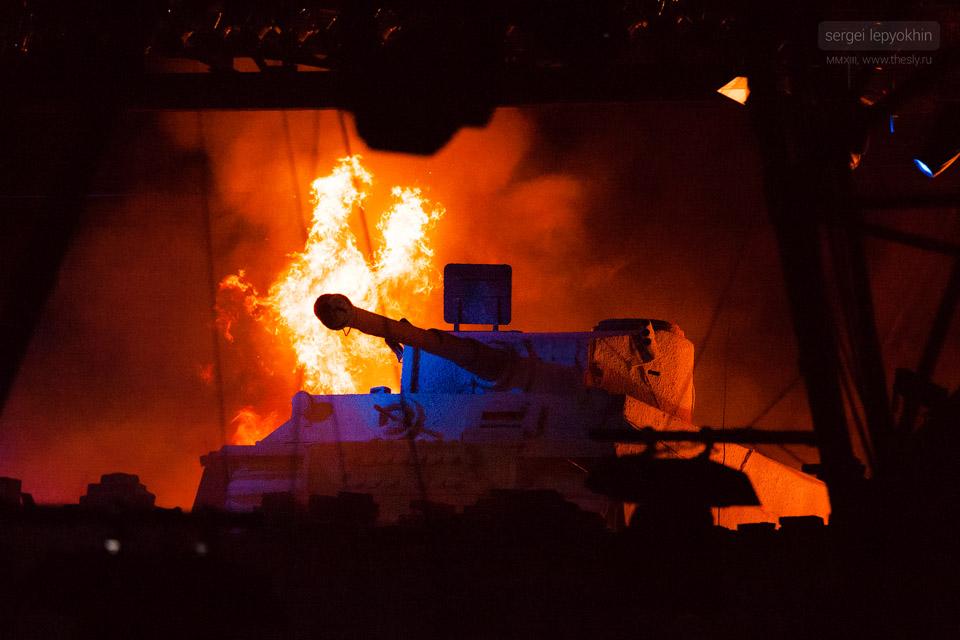 На сцене появляется фашистский танк