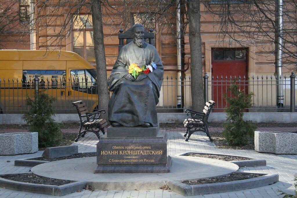 Кронштадт, памятник рядом с музеем-квартирой святого праведного Иоанна Кронштадтского, 21/04/13