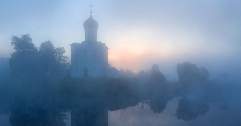Фото: Сергей Ершов Церковь Покрова построена нарукотворном холме. Обычный ленточный фундамент, зал
