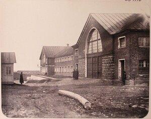 Служащие у [мастерских] Адмиралтейских Ижорских заводов; (слева направо)  мастерские столярная и модельная, малая слесарная; справа - [склад] пожарных инструментов.