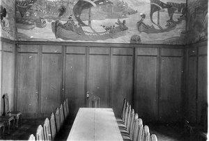 Столовая, отделанная фризом, расписанного в духе старых русских сказок (- Богатырский фриз работы Н.К.Рериха).