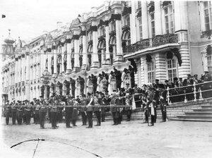 Император Николай II принимает рапорт фельдфебеля роты 1-го стрелкового батальона .