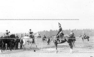 Великий князь Николай Николаевич с группой офицеров Павловского полка на плацу перед началом парада полков.