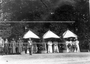 Император Николай II, цесаревич Алексей и члены императорской фамилии во время парада полков.