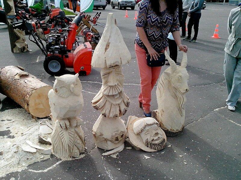 скульптуры совы, лесовичка и козла на Театральной площади