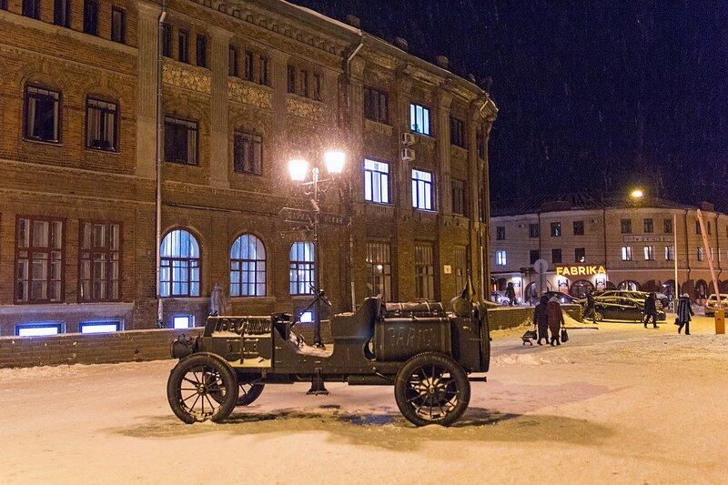 Кованая скульптура автомобиля Итала на пешеходной улице Спасской в Кирове зимой