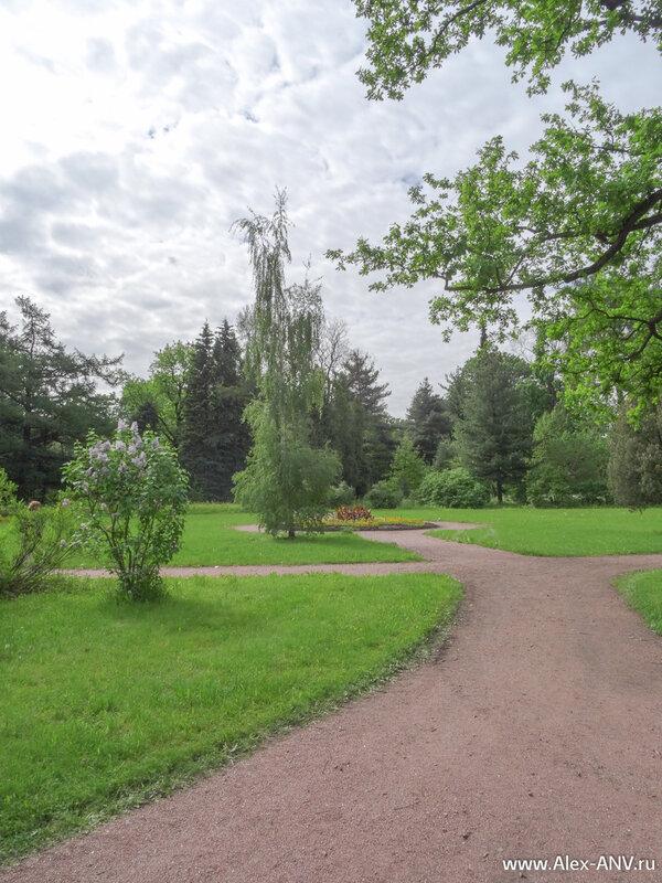 Газоны в парке не огорожены, поэтому несмотря на просьбы смотрителей по траве не ходить, многие несознательные посетители именно это и делают.