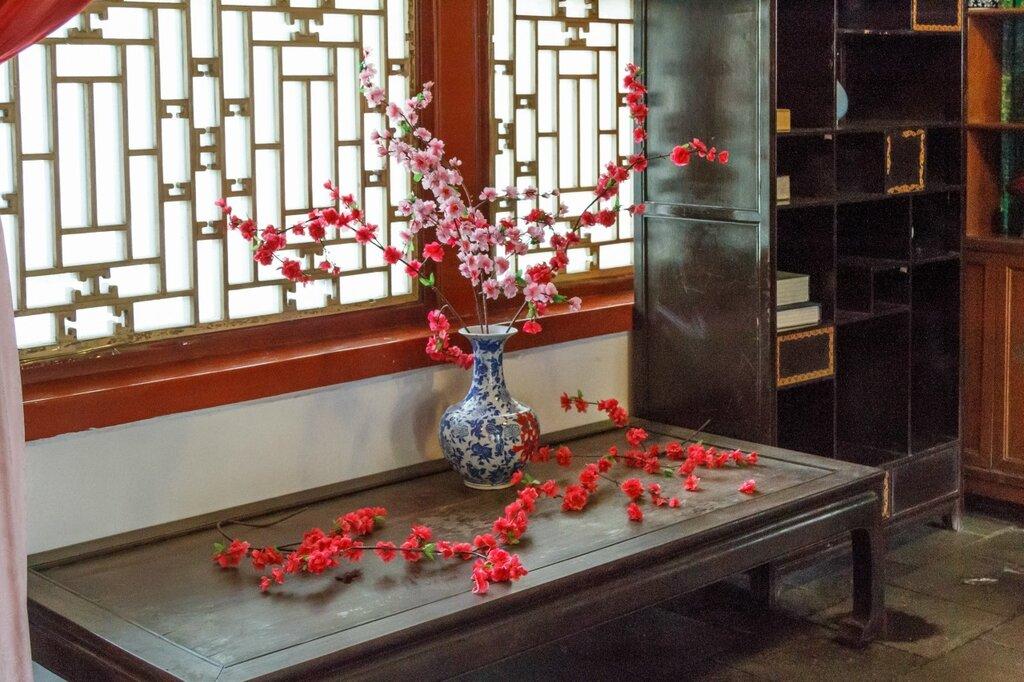 Цветы сливы в вазе, китайский интерьер, китайская мебель