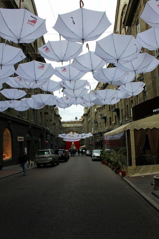 Белые зонты в Пассаже