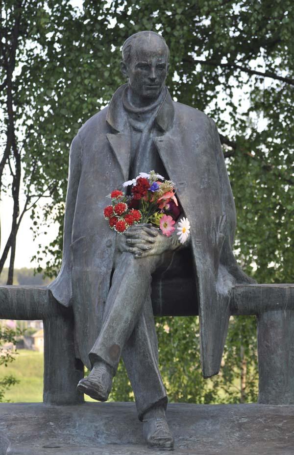 Тотьма. Памятник Рубцову (с цветами).jpg
