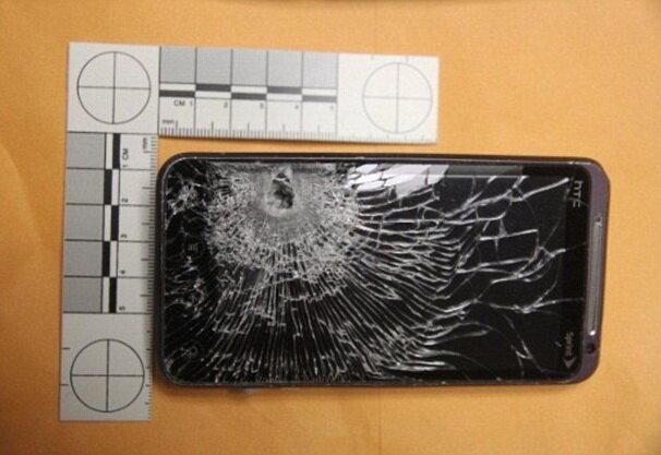 Телефон спас человека от пули