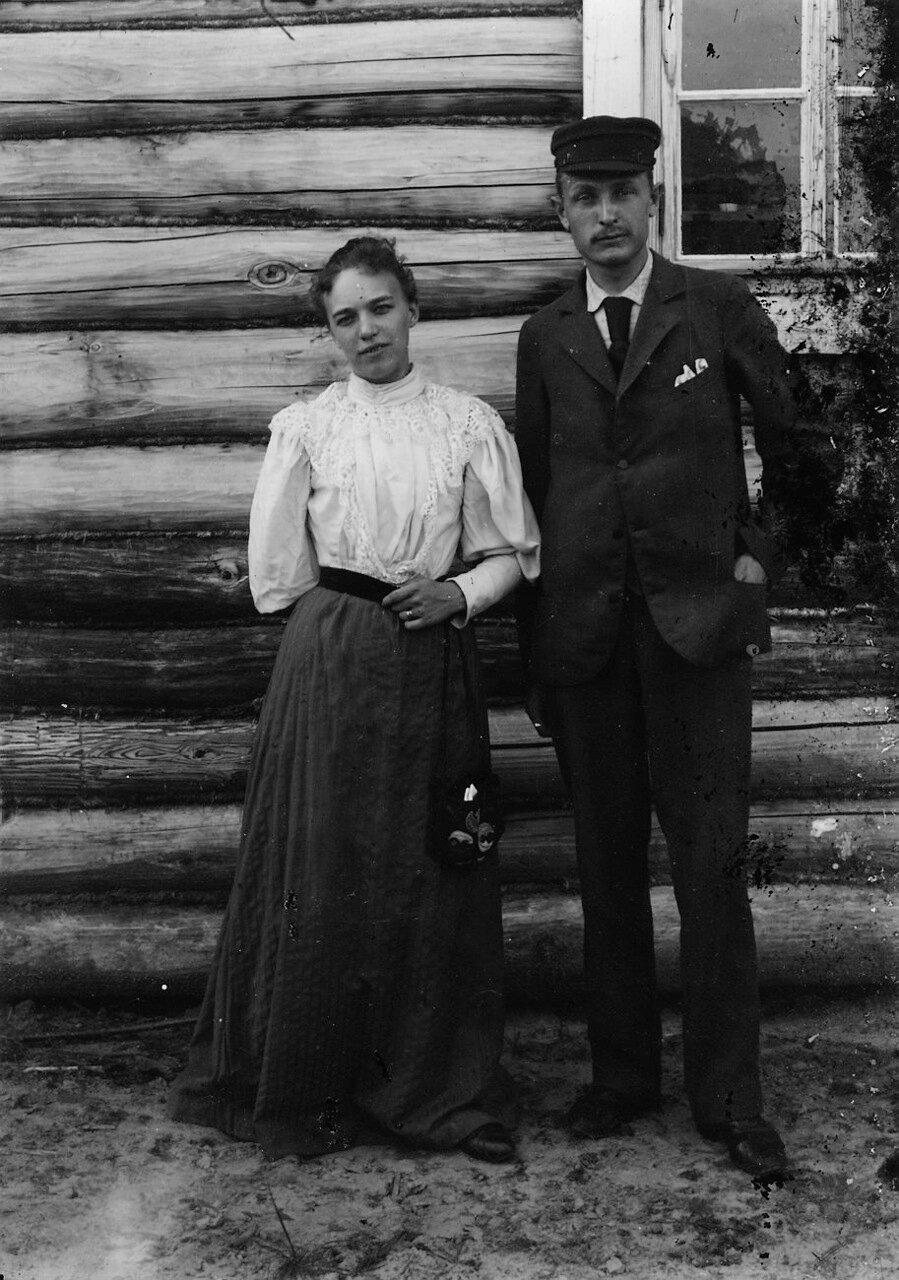 Портрет шведского инженера и его жены возле дома инженеров
