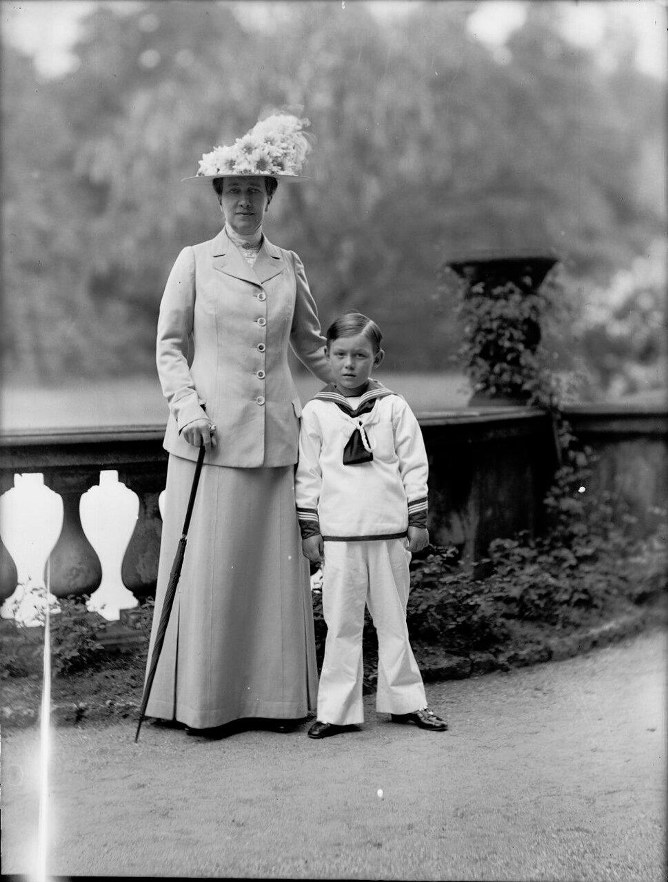 1914. Королева Виктория и принц Леннарт