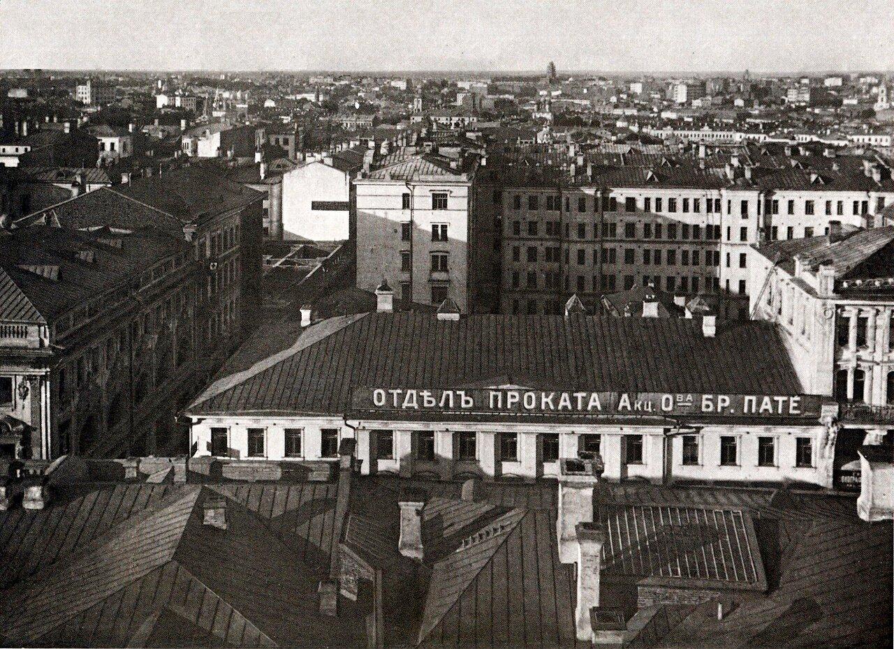 В глубину уходит Козицкий переулок; зафиксировано начало строительства дома по левой стороне. Дом на правом углу (надстроен и полностью перестроен в 1930-х гг.) включает объемы XVIII в. и 1920-х гг.; на снимке - третий этаж, надстроенный в 1872 г.