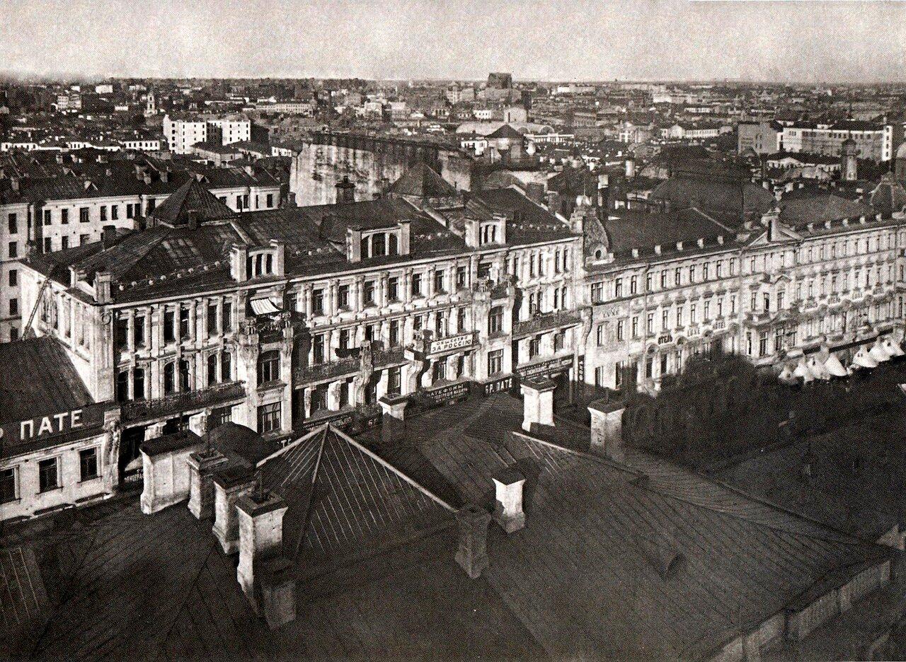 На переднем - плане крыша дома, надстроенного и перестроенного В.А. Гартманом в 1873 г. Дома по противоположной стороне Тверской существуют и в наше время; правый - дом Филиппова, здесь отель Люкс - надстроен, левый утратил парапет в стиле модерн