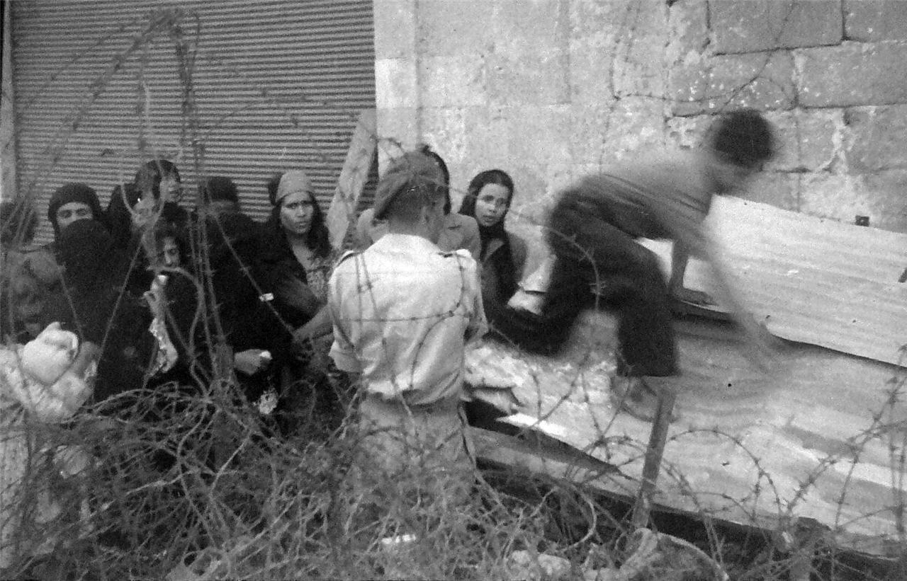 1948. Яффо. Арабы у контрольно-пропускного пункта