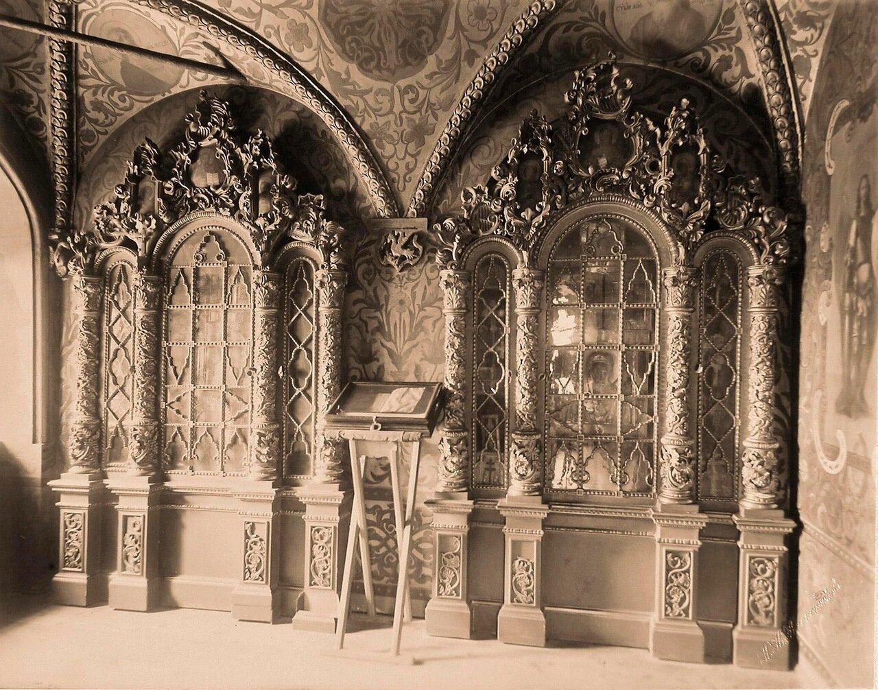 Вид резных позолоченных киотов в царской молельне Теремного дворца