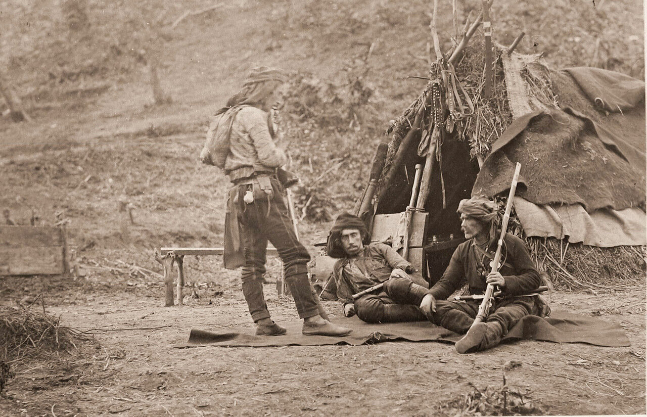 Группа сдавшихся кобулетцов в походном лагере грузинской дружины