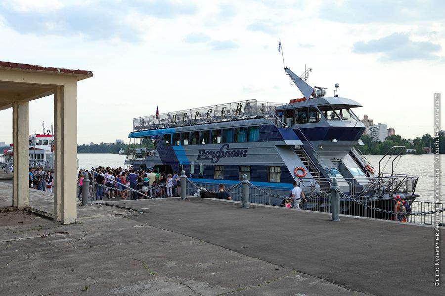1 июня 2013 года. Северный речной порт Москвы. Популярный у москвичей прогулочный теплоход «Персей»