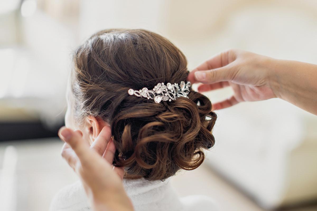 Причёски с гребнем на средние волосы фото