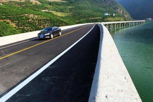 ВКитае построили мост нечерез реку, авдоль реки
