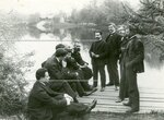 Группа депутатов Второй Государственной думы у пруда в Таврическом саду. В центре - Бардиж.