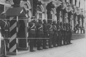 Смена караула у Екатерининского дворца.