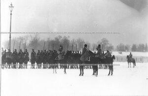 Командир отдает рапорт командующему парадом во время смотра полка.