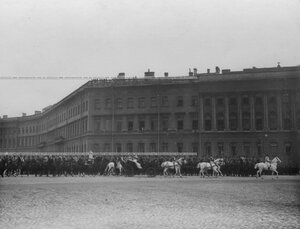 Император Николай II и члены императорской фамилии объезжают ряды атаманцев, выстроенных на площади у Зимнего дворца .