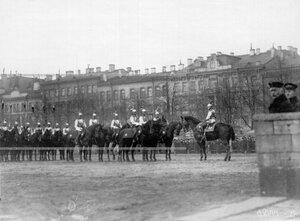 Штаб-ротмистр барон П.Н.Врангель (справа) со взводом на Конногвардейском бульваре в день полкового праздника.