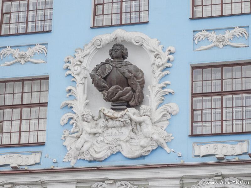 На фасаде училища - бюст Петра Первого.