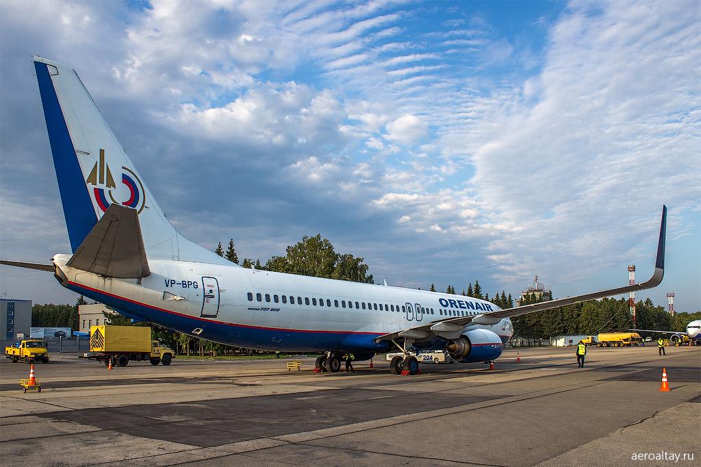 Самолет Оренэйр готовится выполнить рейс R2 5989 из Барнаула в Анапу