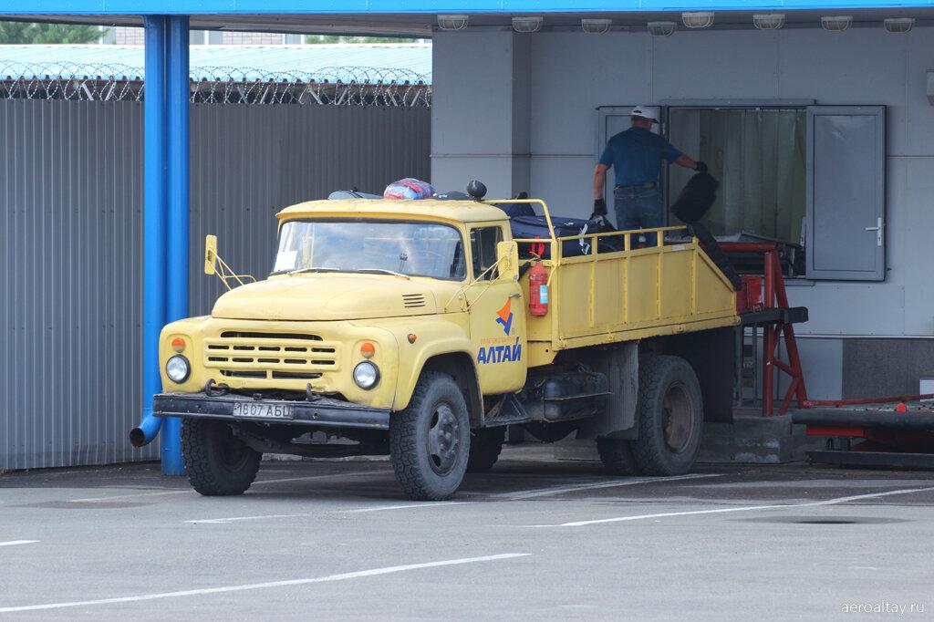 Разгрузка багажа в аэропорту Барнаула
