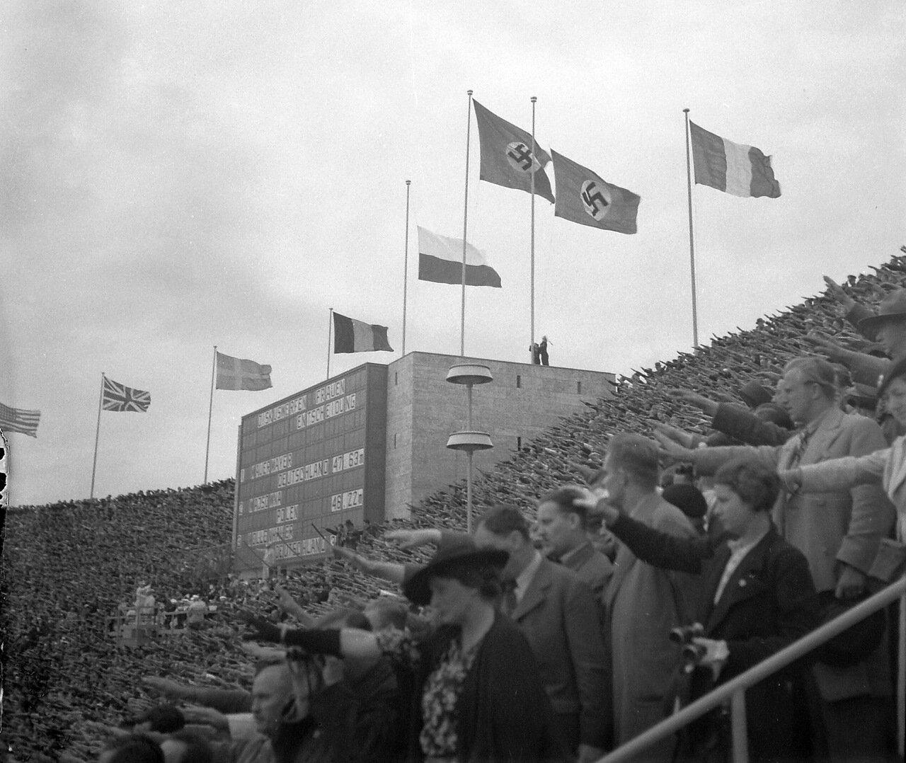 1936. Берлин, Олимпийский стадион, объявление результатов метания дисков среди женщин