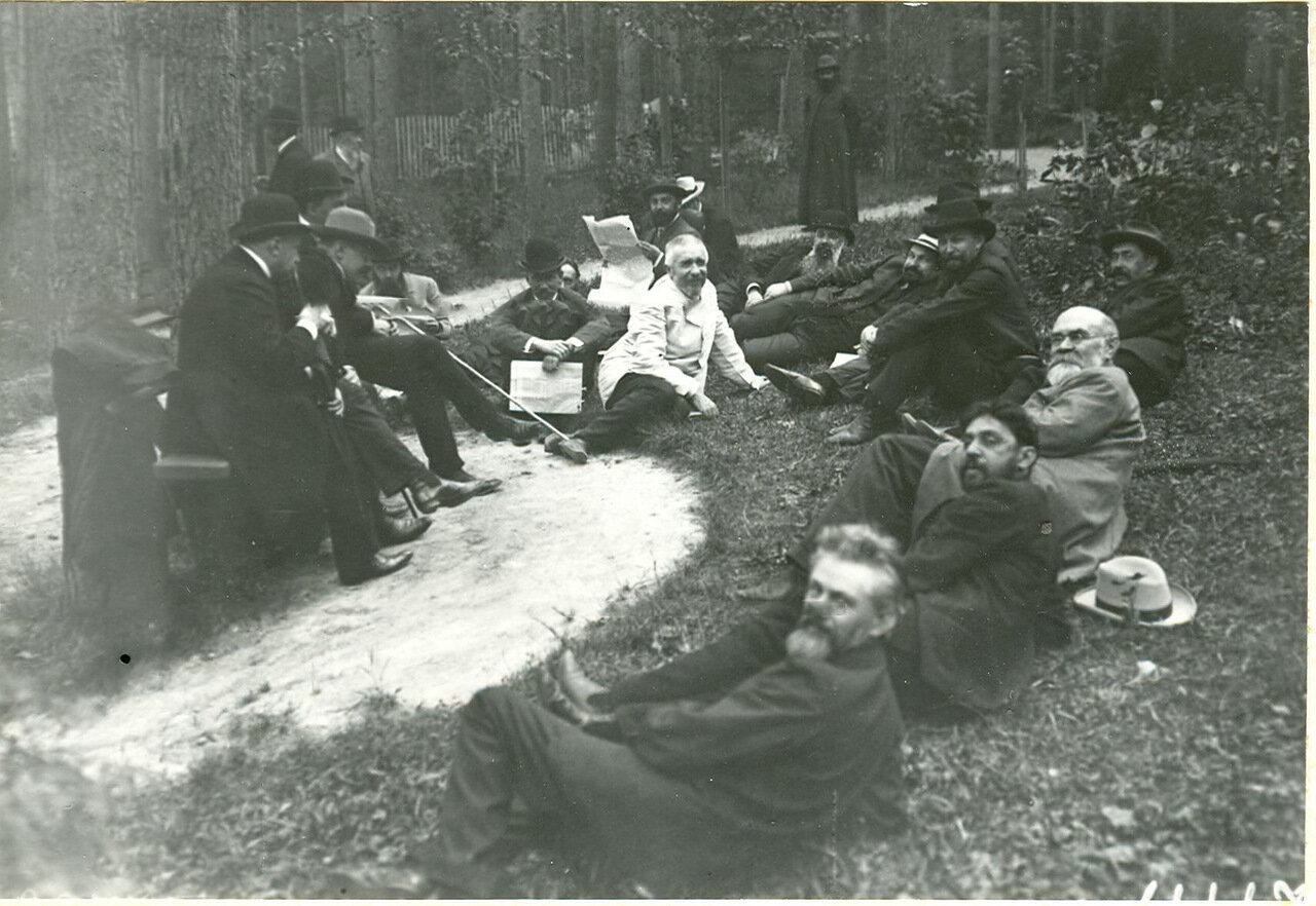 Группа депутатов Первой Государственной думы - участников Териокского совещания читает газеты, в которых опубликован текст Выборгского воззвания