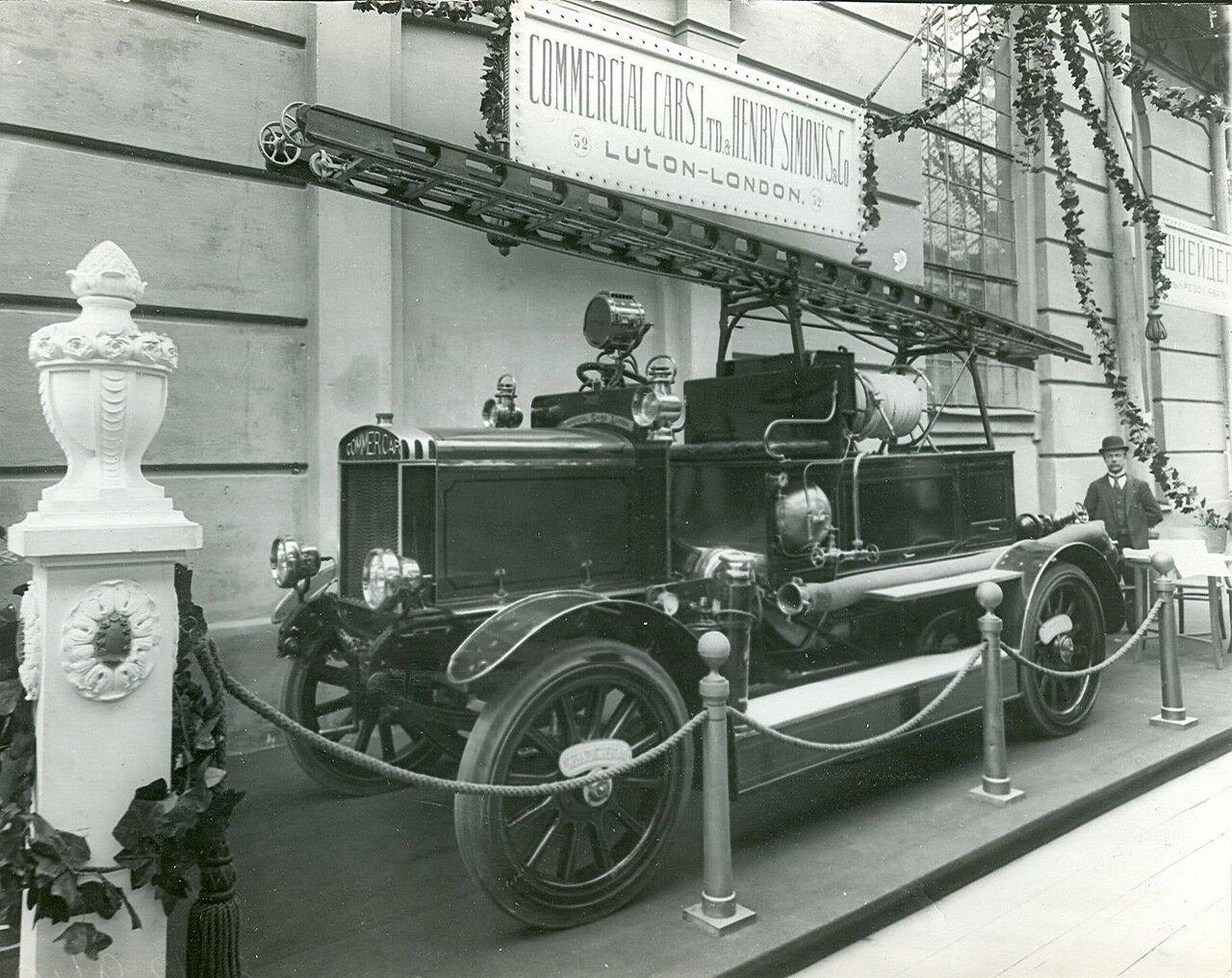 54.Часть выставочного зала экспонат выставки - пожарная машина английской фирмы